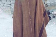 15 a. Hombre colla con poncho tradicional tejido a telar con lana de camélido.