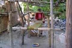 """18.  Señora Manuela Villegas en su """"telar de patio"""", Junta de Valeriano, Huasco Alto."""