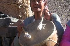 """16. Mujer colla cantando tradicionales vidalas acompañada de su caja """"challera""""."""