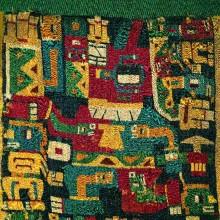 Personaje con atributos chamánicos en túnica del Período Medio de Pulacayo, Bolivia. Foto de Fernando Maldonado publicada en libro Tiwanaku, Señores del Lago Sag rado, 2000: 87 Textil de Pulacayo, Cultura Tiwanaku, 700-1000 d.C., Museo Arte Indígena ASUR, Sucre. (Tiwanaku 2000: 87)