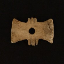 "Tortera ""corbatín"". Instrumento textil"