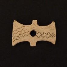 "Tortera ""corbatín"", mitad de. Instrumento textil"